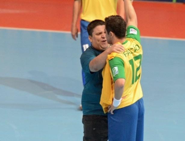 Homem que invadiu a quadra durante a partida abraça Falcão, antes do brasileiro bater uma falta