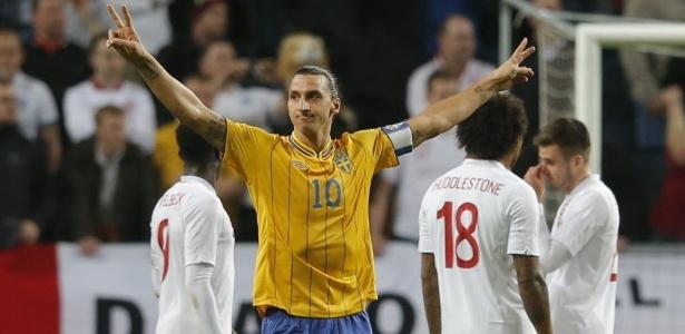 Ibrahimovic comemora após marcar gol da Suécia em amistoso contra a Inglaterra