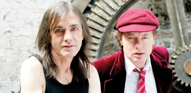 Malcom Young (esq.), que anunciou sua saída do AC/DC por problemas de saúde, ao lado do ex-companheiro de banda Angus Young