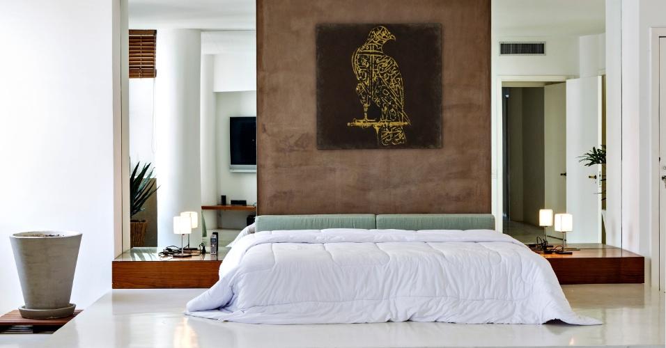 O dormitório do casal teve uma parte do piso elevado para destacar a cama e o painel sobre a cabeceira - em cimento queimado marrom - com quadro da artista Ana Amélia Metzavah. Nas laterais, espelhos e mesinhas baixas que servem de criados-mudo completam o décor. O Apê Copacabana data dos anos 1950 e teve reforma assinada pelo escritório House In Rio