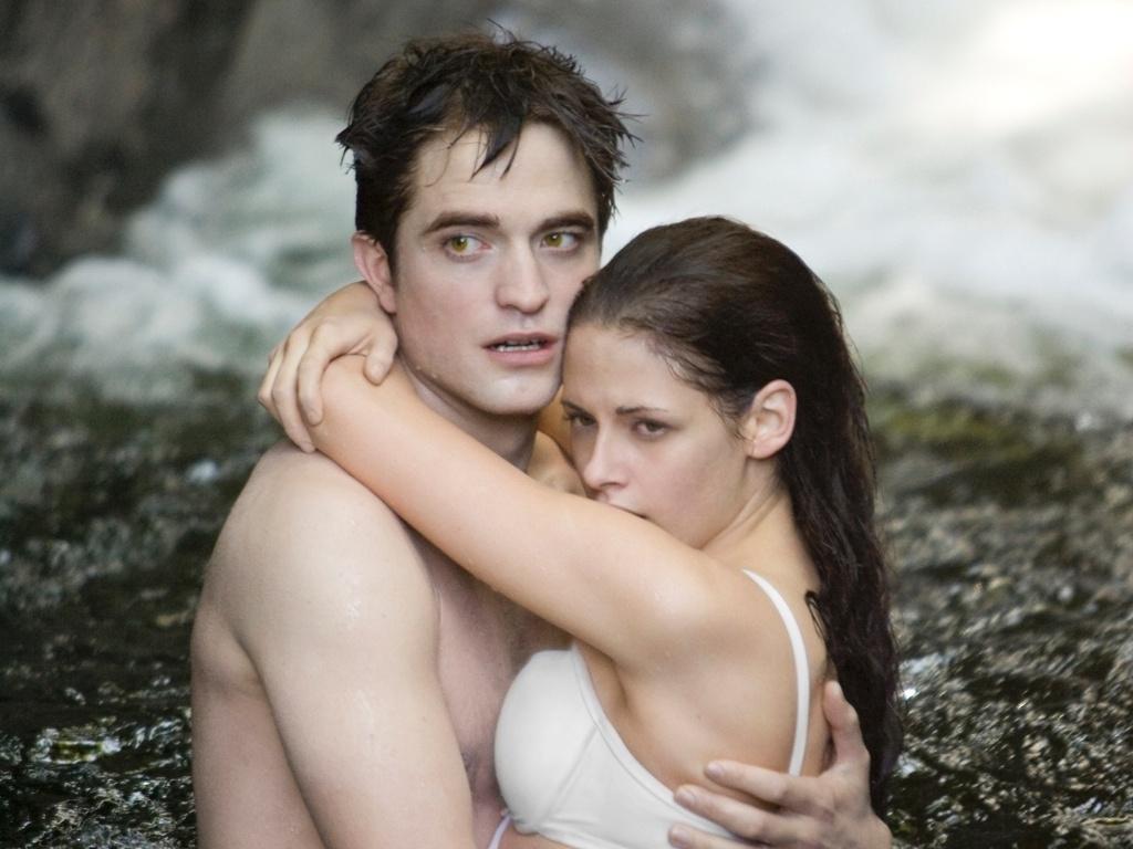 Robert Pattinson e Kristen Stewart em cena de