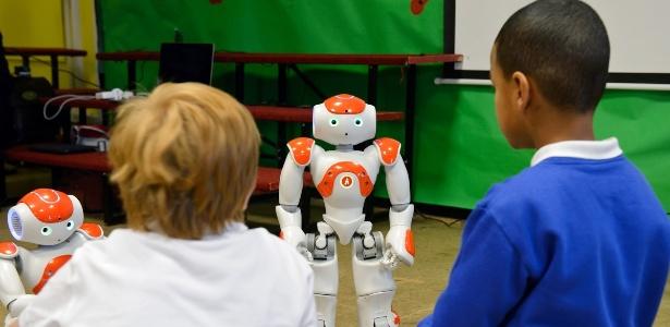 Robôs viram colegas de crianças autistas em sala de aula na Inglaterra