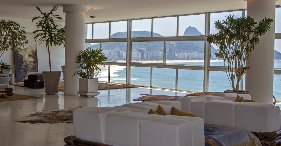 São 16 metros de janela, sem cortina nem persiana, perfeitos para admirar o mar de Copacabana, uma das praias mais belas e badaladas do mundo. Pufes, almofadões, espreguiçadeiras, materiais naturais, iluminação indireta compõe o living, do apê que leva o nome da