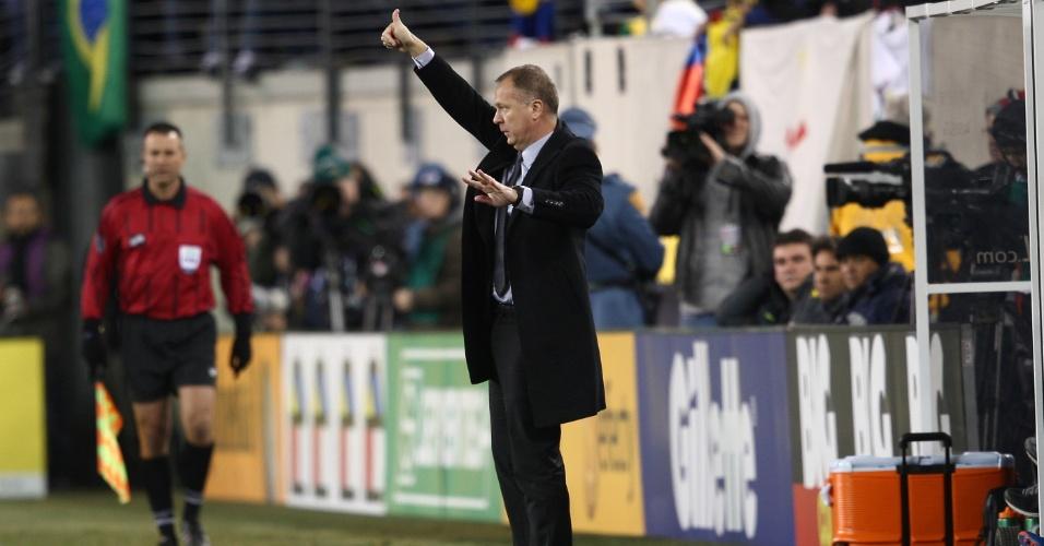 Técnico Mano Menezes dá instruções ao Brasil durante o amistoso contra a Colômbia, nos Estados Unidos