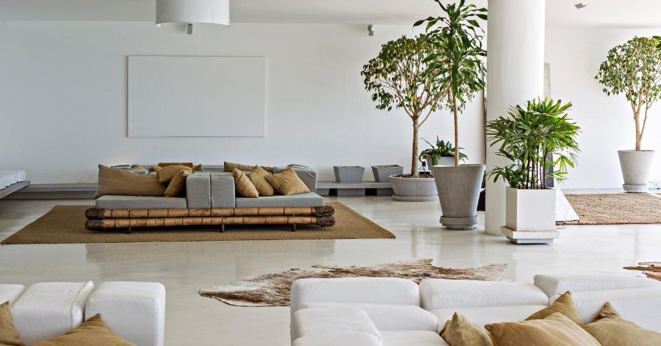A subdivisão do living do Apê Copacabana, um outro espaço de estar, possui as mesmas características do ambiente maior, com móveis enormes desenhados pelo escritório House in Rio - também responsável pela reforma -, ocupando o centro do ambiente. Junto às paredes, uma bancada de concreto em