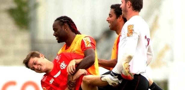 Vagner Love, Ibson, Adryan e Paulo Victor brincam durante treino do Flamengo