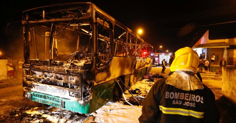 14.nov.2012 - Um motorista ficou ferido depois que criminosos atearam fogo em um ônibus em Palhoça, na Grande Florianópolis (SC), nesta terceira noite consecutiva de ataques violentos na região