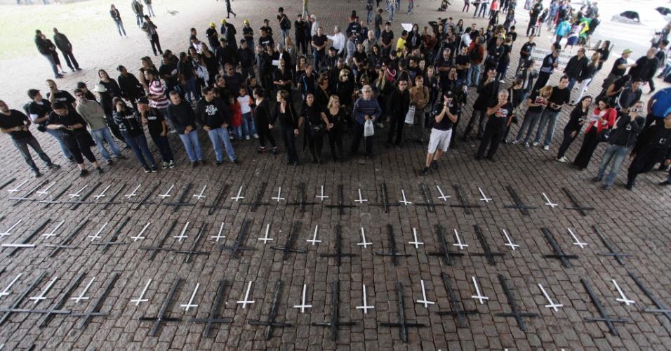 15.nov.2012 - Profissionais de segurança e familiares de policiais fazem ato no vão livre do MASP, nesta quinta-feira (15) em São Paulo. Cruzes foram colocadas no chão em memória aos policiais que foram assassinados desde o acirramento da onda de violência na cidade