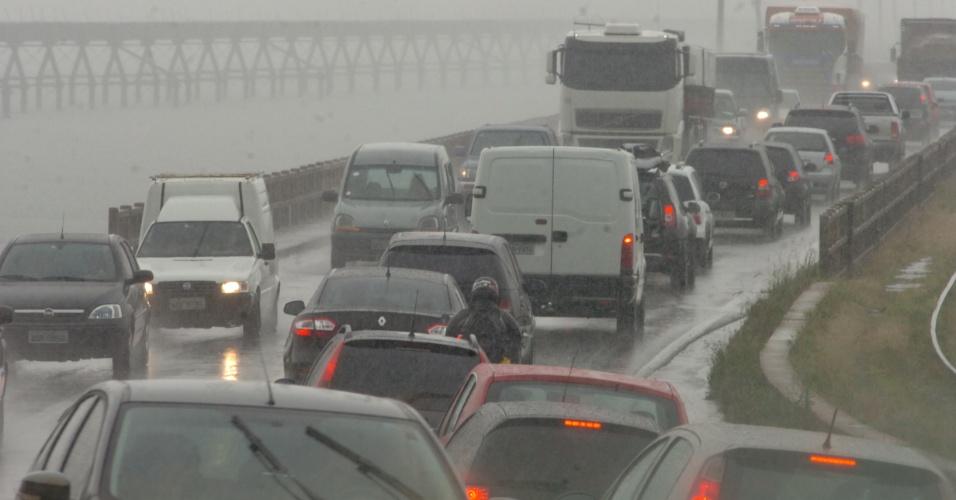 15.nov.2012 - A chuva forte e o tráfego intenso complicam a saída dos motoristas para o feriado prolongado, em Santa Catarina. Segundo a PRF (Polícia Rodoviária Federal), a fila da BR-101 no Morro dos Cavalos, em Palhoça, na Grande Florianópolis, chegou a 6 km na manhã desta quinta (15). A PRF recomenda ao motorista que reduza a velocidade e redobre a atenção devido à chuva