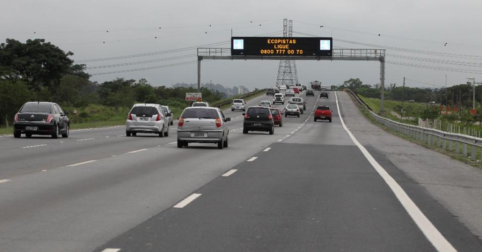 15.nov.2012 - A Rodovia Ayrton Senna apresenta tráfego tranquilo na manhã desta quinta-feira (15), feriado da Proclamação da Republica, em São Paulo