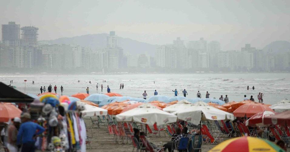 15.nov.2012 - Banhistas aproveitam a praia José Menino, em Santos (litoral SP), nesta quinta-feira (15) de feriado prolongado
