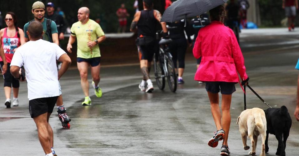15.nov.2012 - Chuva fraca não impediu que pessoas praticassem esportes no parque Ibirapuera, na zona sul de São Paulo, nesta quinta-feira (15) de feriado prolongado