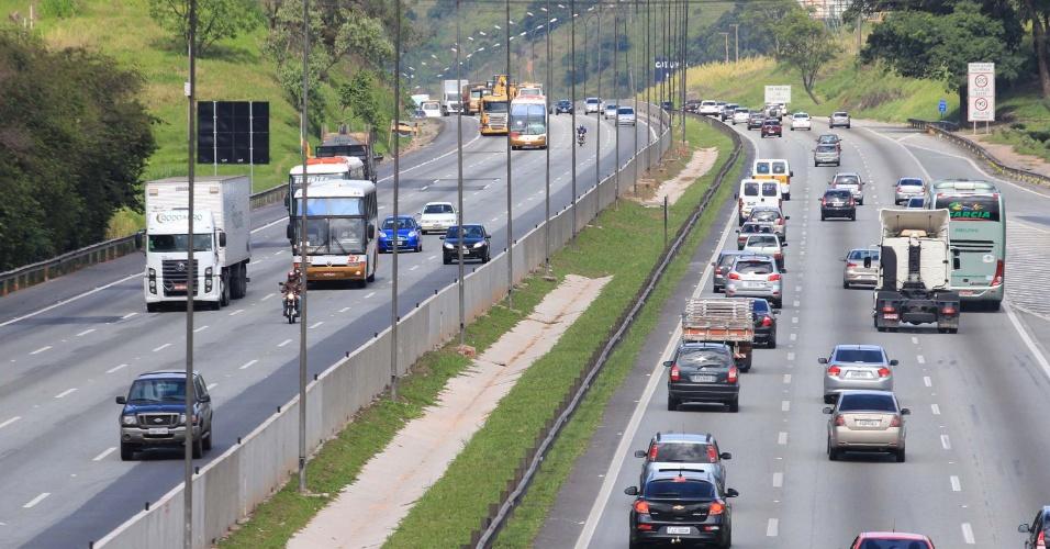 15.nov.2012 - Movimento na rodovia Castello Branco, na altura do Km 26, em Barueri (SP), na manhã desta quinta-feira, feriado do Dia da Proclamação da República