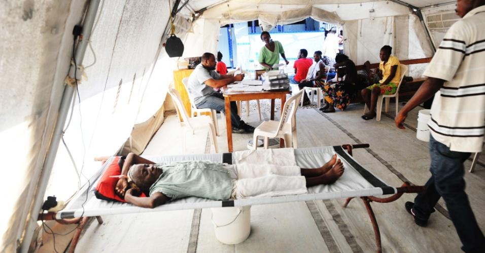 15.nov.2012 - Mulher descansa em maca em uma tenda de emergência, nesta quinta-feira (15) em Porto Príncipe, Haiti. As autoridades de locais lamentaram o novo surto de cólera que assola a região após a passagem da tempestade Sandy