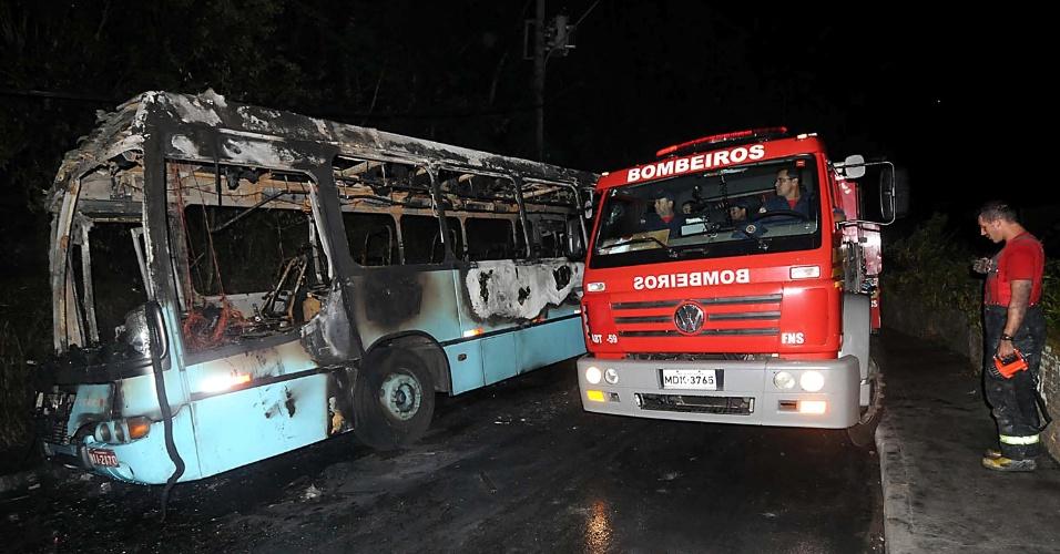 15.nov.2012 - Ônibus da empresa Transol foi incendiado por volta das 20h30 desta quinta-feira (15), em Florianópolis