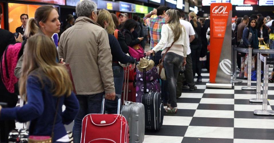 15.nov.2012 - Passageiros enfrentam longas filas no check-in no aeroporto de Congonhas, na zona sul de São Paulo, nesta quinta-feira, feriado da Proclamação da República