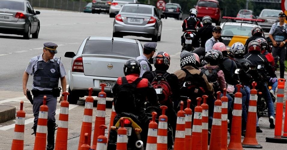15.nov.2012 - Polícia Militar faz blitz no pedágio da rodovia dos Imigrante. Todas as  motocicletas que trafegavam no sentido Baixada Santista foram fiscalizadas