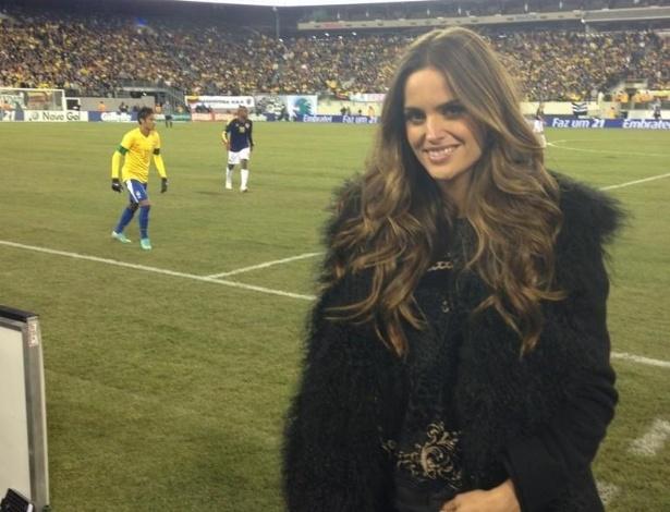 A modelo Izabel Goulart postou uma foto ao lado do campo do estádio MetLife, em Nova Jersey, nos Estados Unidos, durante o milésimo jogo da seleção Brasileira. Ao fundo Neymar durante o jogo (14/11/12)