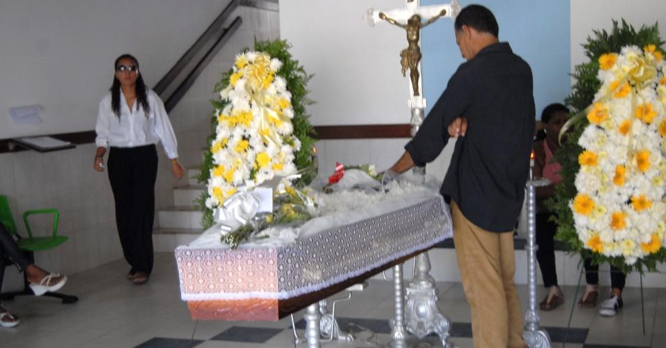 Corpo do jogador Alex Alves é velado no no cemitério Jardim da Saudade, em Salvador (15/11/12)