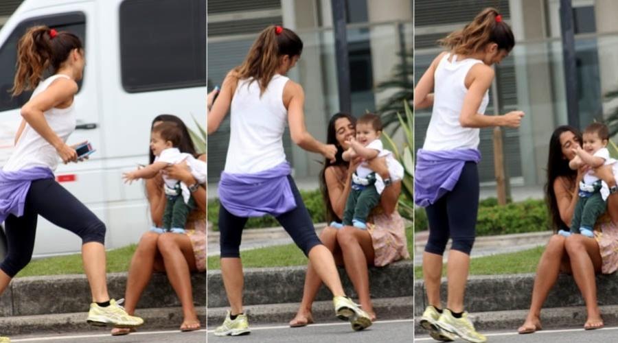 Cynthia Howlett brinca com o filho durante passeio pela orla do Leblon, na zona sul do Rio (15/11/2012)