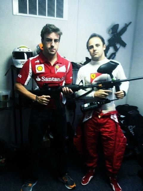Fernando Alonso e Felipe Massa com 'escopetas' em foto postada no Twitter pelo brasileiro