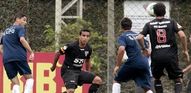 Ganso e Jadson participam de jogada durante jogo-treino contra o Guarani