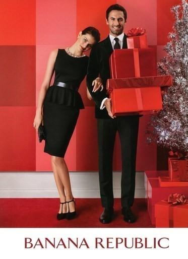 Novembro: A top Isabelli Fontana posa ao lado de Josh Wald para a campanha de Natal da Banana Republic. O fotógrafo Michael Thompson os clicou com presentes ao lado de uma árvore de natal