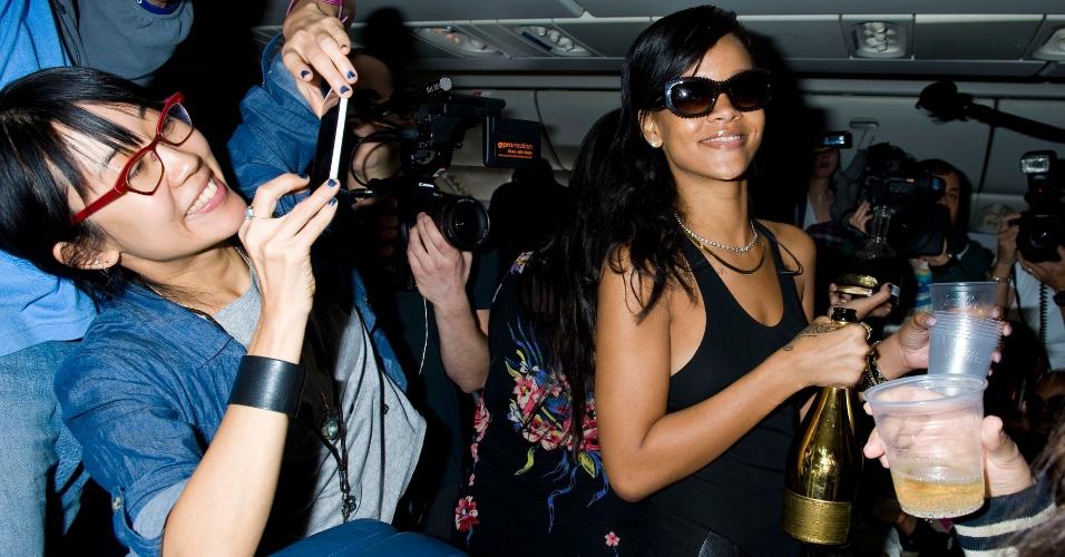 Rihanna serve champanhe para fãs durante viagem de Los Angeles para Cidade do México (14/11/12)
