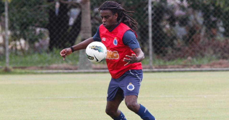 Tinga durante treino do Cruzeiro na Toca da Raposa II (15/11/2012)