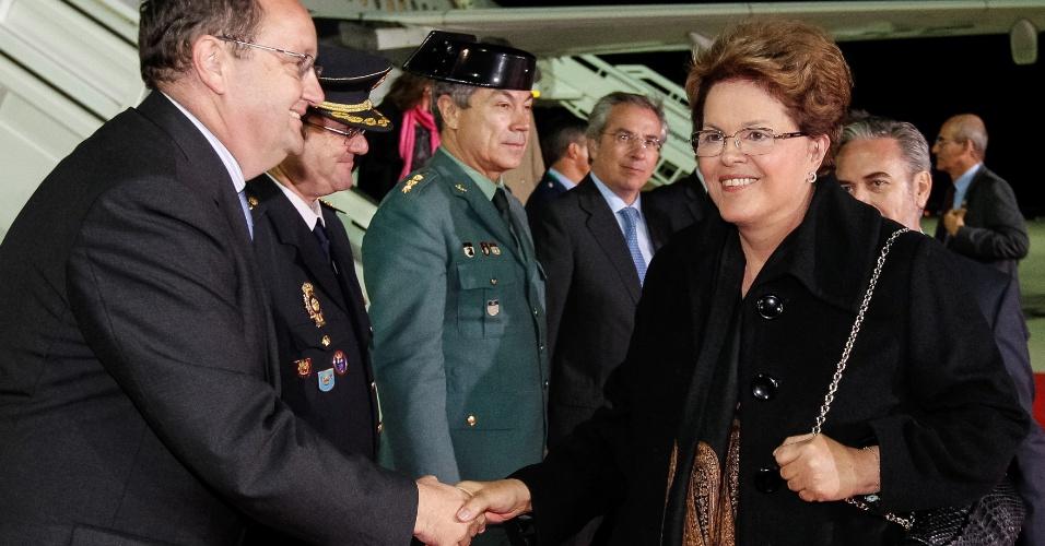 16.nov.2012 - A presidente Dilma Rousseff recebe cumprimentos durante chegada no aeroporto de Jerez de La Frontera, na Espanha, nesta sexta-feira (16)