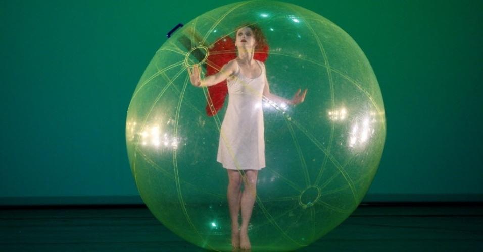 """16.nov.2012 - Bailarina da companhia Yvette Bozsik durante ensaio de """"Orfeu e Eurídice"""", em Budapeste"""