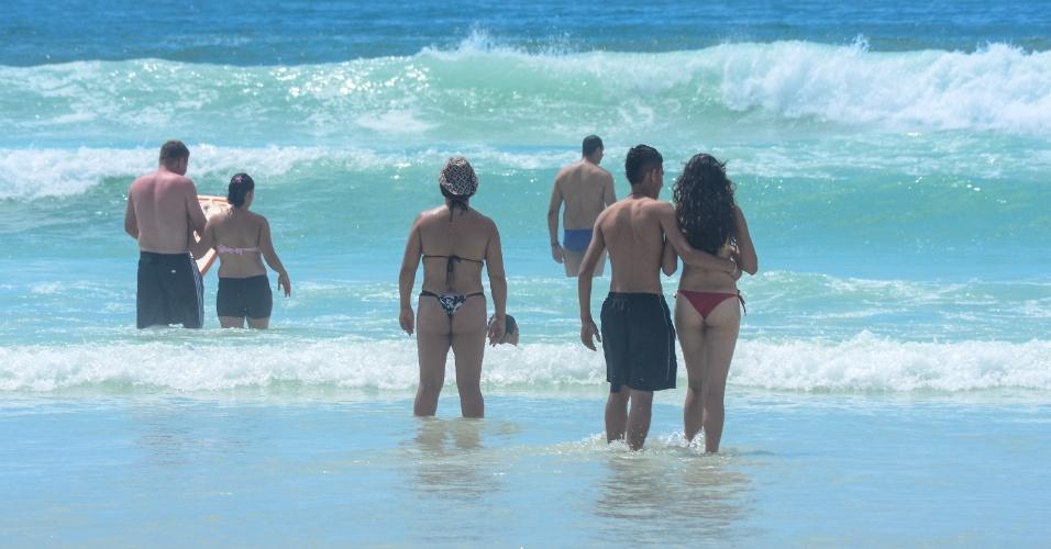 16.nov.2012 - Banhistas aproveitam dia de sol na praia do Forte, em Cabo Frio, na região dos Lagos, Rio de Janeiro, nesta sexta-feira (16)