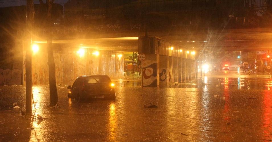 16.nov.2012 - Carro fica parcialmente submerso na avenida Silviano Brandão, em Belo Horizonte (MG)