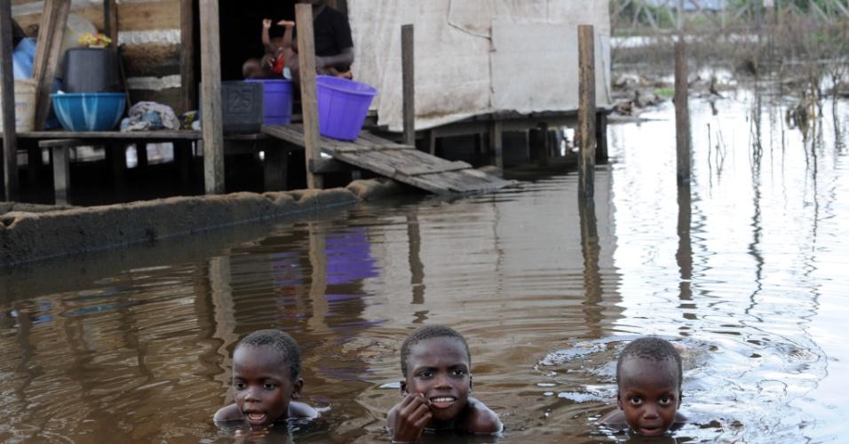 16.nov.2012 - Crianças nadam em uma rua inundada na cidade de Yenagoa, na Nigéria. Segundo as autoridades do país, as recentes enchentes mataram mais de 300 pessoas e afetaram outras 7 milhões. A ONU estima que serão necessários 38 milhões de dólares para ajudar aos desabrigados e a cobrir os prejuízos causados pelas chuvas