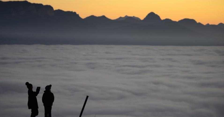 16.nov.2012 - Duas pessoas observam o lago Genebra, próximo de Lausanne, na Suíça