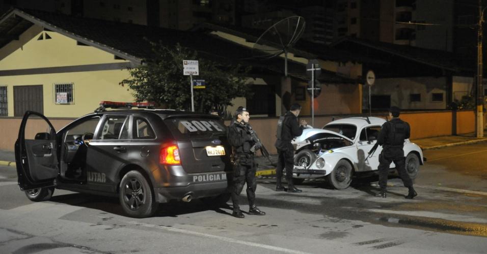 16.nov.2012 - Equipes do Bope, de Florianópolis, reforçaram o policiamento de Itapema (SC) na madrugada desta sexta-feira (16); ônibus foram incendiados na cidade