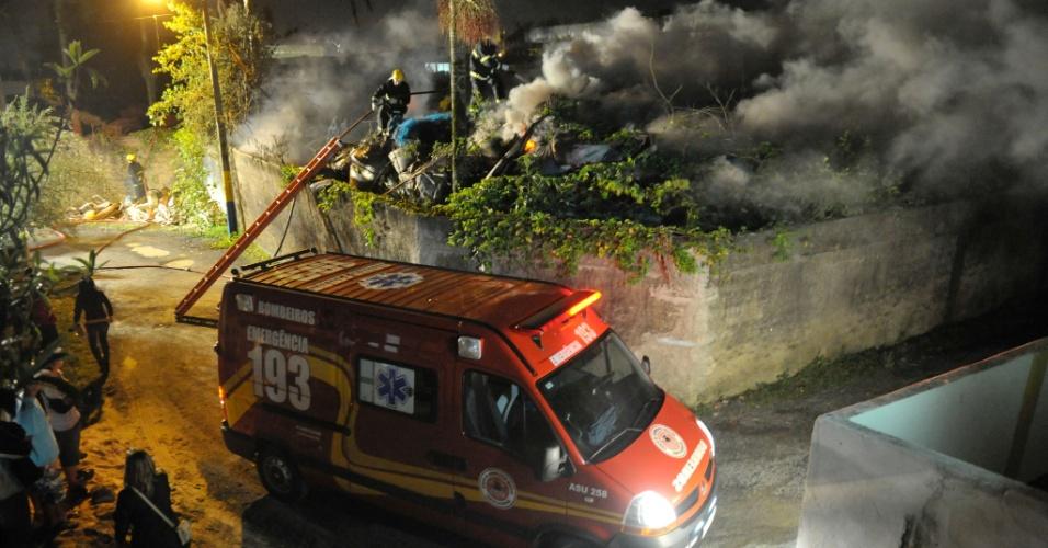 16.nov.2012 - Fábrica de cordas pega fogo em Navegantes (SC)