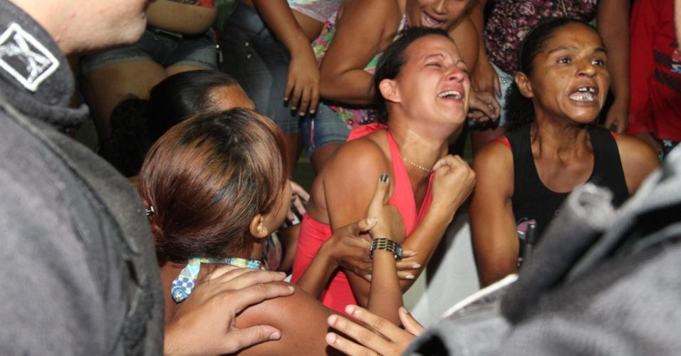 16.nov.2012 - Familiares de internos da Funase (Fundação de Atendimento Socioeducativo) do Cabo de Santo Agostinho (PE) protestam em frente ao local onde um adolescente morreu e outros três ficaram feridos durante motim nesta sexta-feira (16)