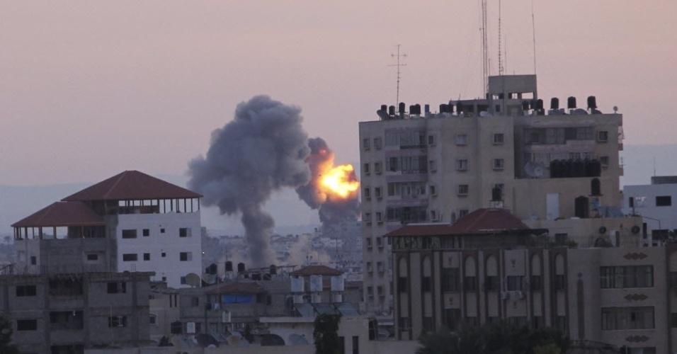 16.nov.2012 - Fogo e nuvem de fumaça são vistos no horizonte após ataque israelense à Faixa de Gaza
