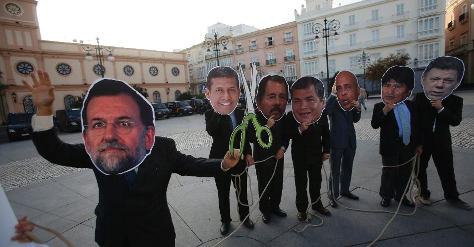 16.nov.2012 - Manifestantes usam máscaras de líderes mundiais em protesto em Cádis, no sul da Espanha, onde acontece a 22ª Cúpula Ibero-Americana, a partir desta sexta-feira (16). Os manifestantes protestam contra a falta de medidas para conter os efeitos da crise econômica no país
