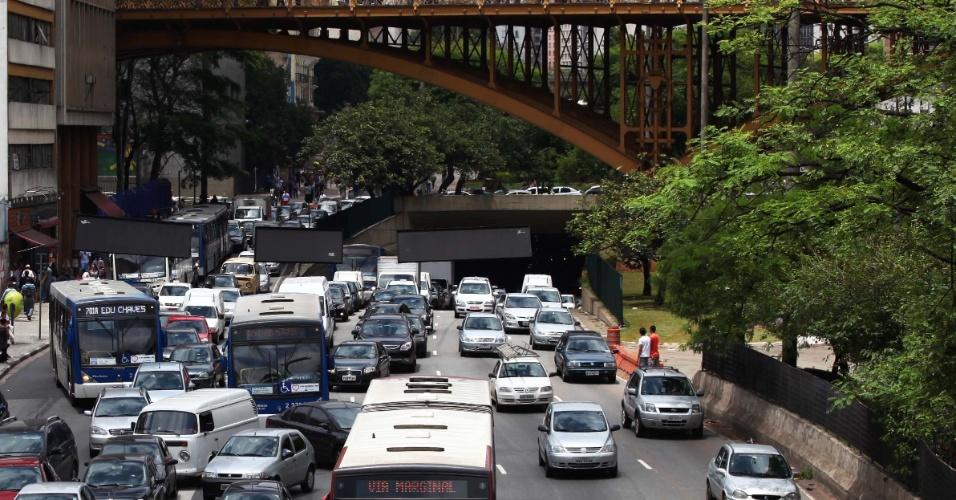 16.nov.2012 - Mesmo no feriado prolongado, o motorista enfrenta trânsito congestionado no centro de São Paulo, na avenida Prestes Maia, região da rua 25 de Março, nesta sexta-feira (16)