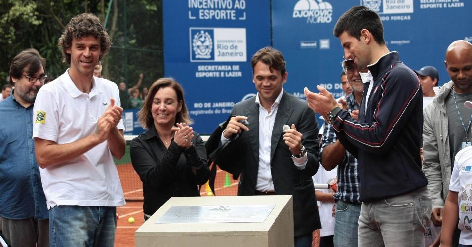 16.nov.2012 - O ex-tenista Gustavo Kuerten e o tenista Novak Djokovic, atual nº 1 do mundo, participam do inauguração da primeira quadra pública de tênis no Parque Ecológico da Rocinha, no Rio de Janeiro, nesta sexta-feira (16)