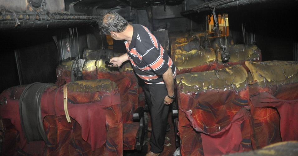 16.nov.2012 - Ônibus de turismo é incendiado, em Itapema (SC)