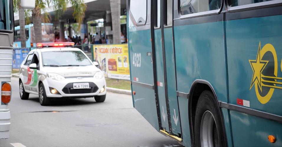 16.nov.2012 - Ônibus é escoltado por policiais militares em Florianópolis, numa tentativa de dissuadir os criminosos responsáveis pelos ataques. Desde segunda-feira o Estado sofre com uma onda de violência