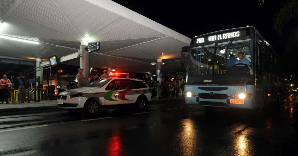 16.nov.2012 - Ônibus é escoltado por policiais militares em Florianópolis (SC), devido aos ataques contra coletivos que têm ocorrido na capital catarinense desde o começo da semana