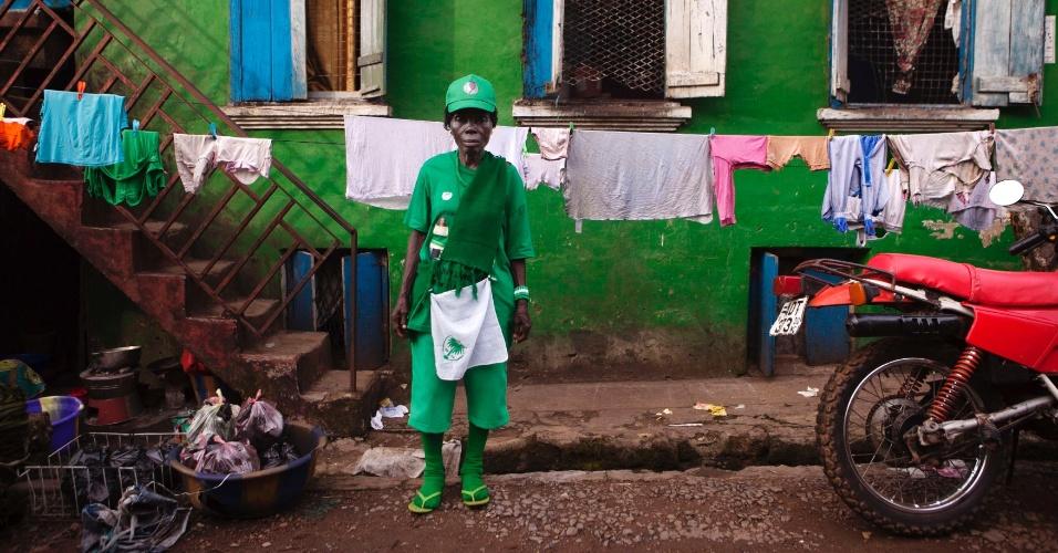 """16.nov.2012 - Simpatizante do partido de oposição pintou a casa com as cores da campanha de Julius Maada Bio, em Freetown. O pleito de 2007 foi considerado por observadores internacionais como """"livre e justo"""", mas o país tem um histórico de golpes de Estado e eleições fraudulentes"""