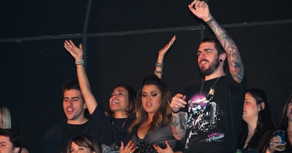 Bia Antony e Preta Gil cantam e dançam com amigos no show de Wanessa no HSBC, em São Paulo (15/11/12)