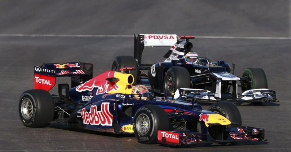Carro da Red Bull de Sebastian Vettel (esq.) disputa a curva com carro da Williams, do venezuelano Pastor Maldonado, durante os treinos livres para o GP dos Estados Unidos