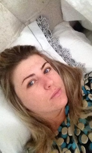 Iris Stefanelli publica foto deitada na cama (16/11/2012)