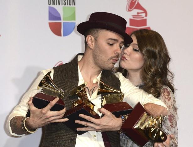 Jesse & Joy carregam prêmios do Grammy Latino 2012 (15/11/12)